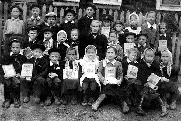 Ученики Красноярской школы с учительницей Фаиной Порфирьевной Копыловой, 1959 г.